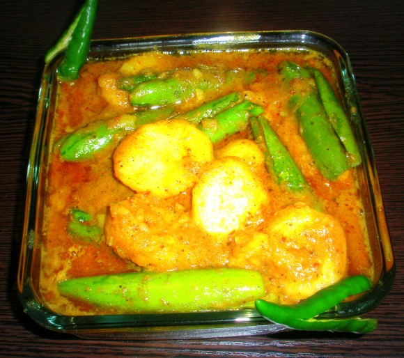 Aaloo Parwal (Potato and Pointed Gourd) Dum