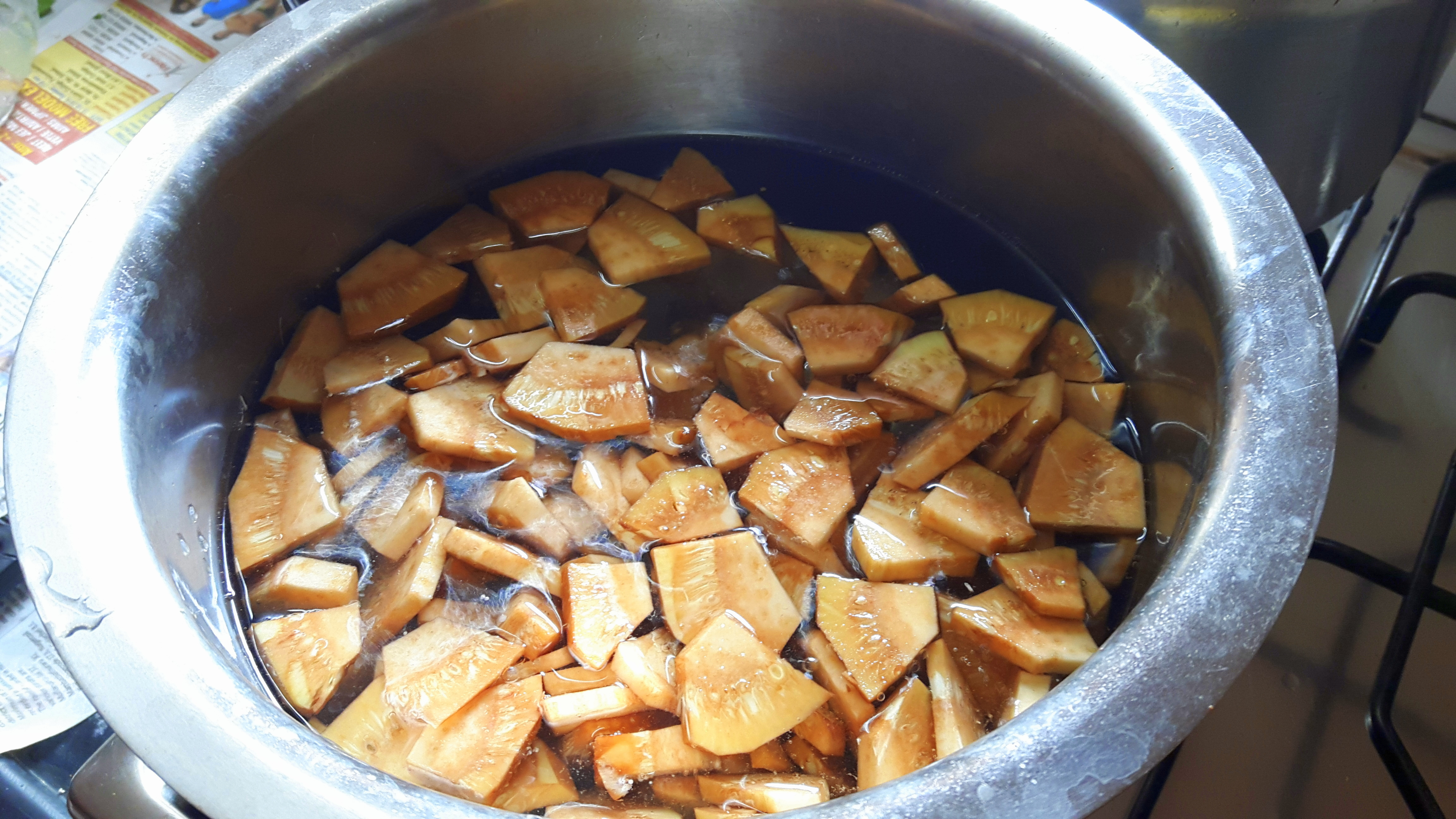 Blanch by putting raw jackfruit into the boiling water